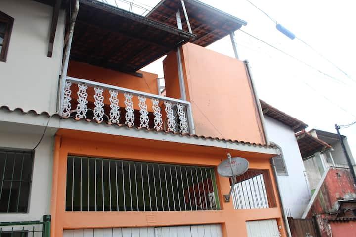 Lindo apartamento com varanda para duas ruas