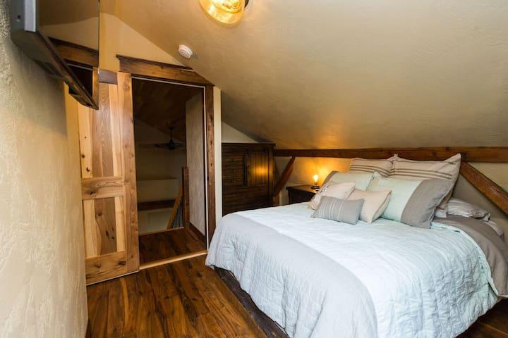 3rd floor single queen bedroom