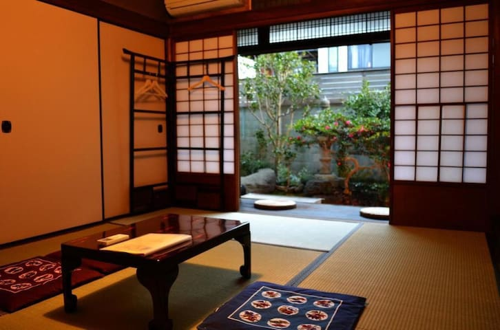 【4 Min to Nijo castle】Enjoy a townhouse with 80 years of history Japanese room (up to 3 guests) with wifi From 2 pax