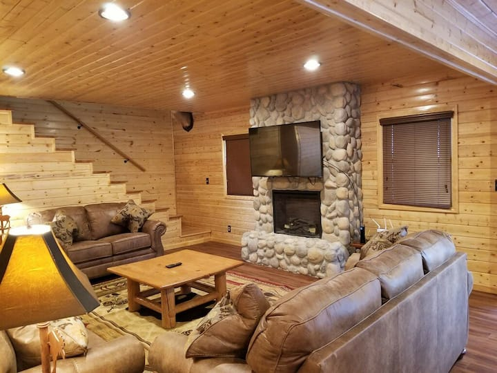 Large 3 level, 4 bedroom rustic themed cabin