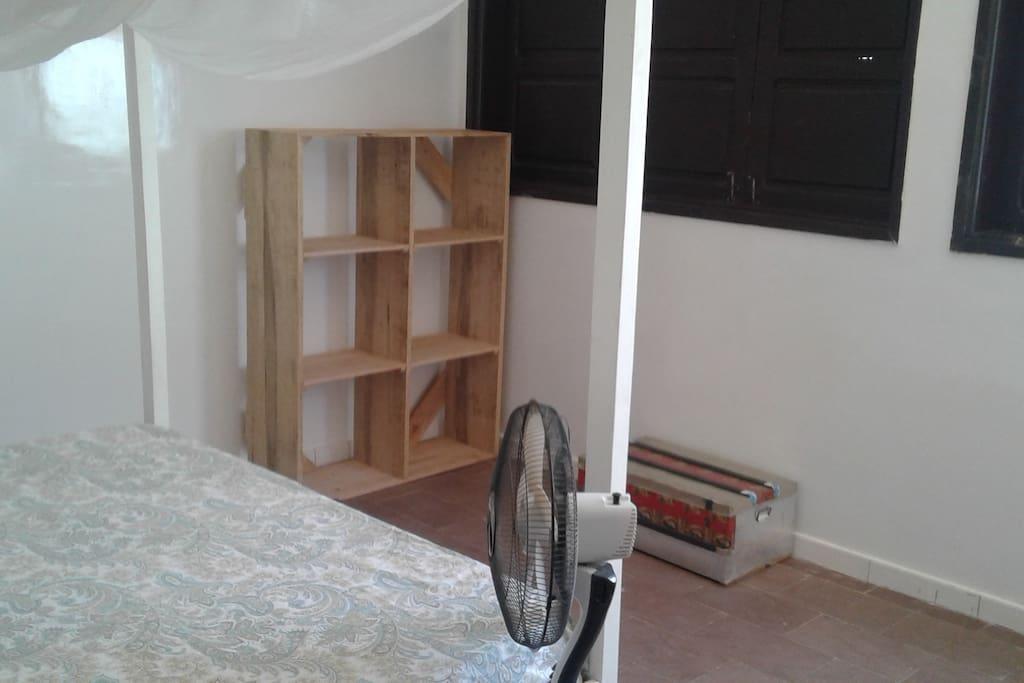 Chambre n°2, spacieuse, vue sur mer,  lit King Size avec moustiquaire, ventilateur, rangements, chaise baolé et petite table basse.