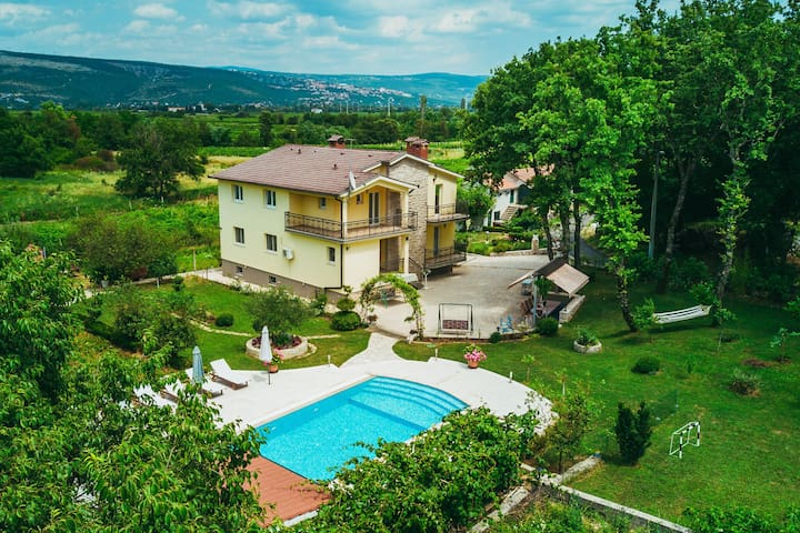 Charming Holiday Home in Grubine with Pool