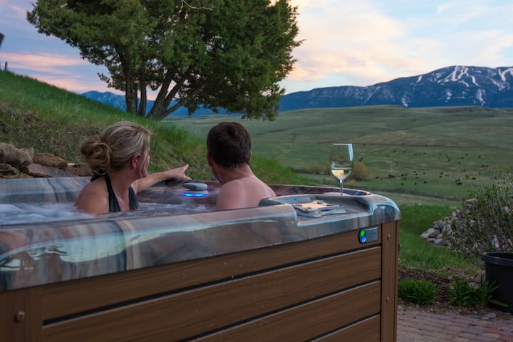 Serenity House. Secluded, Romantic, HotTub, Views!