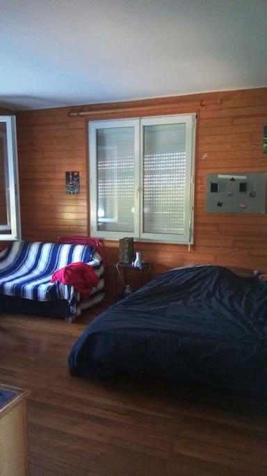 première chambre avec lit double.