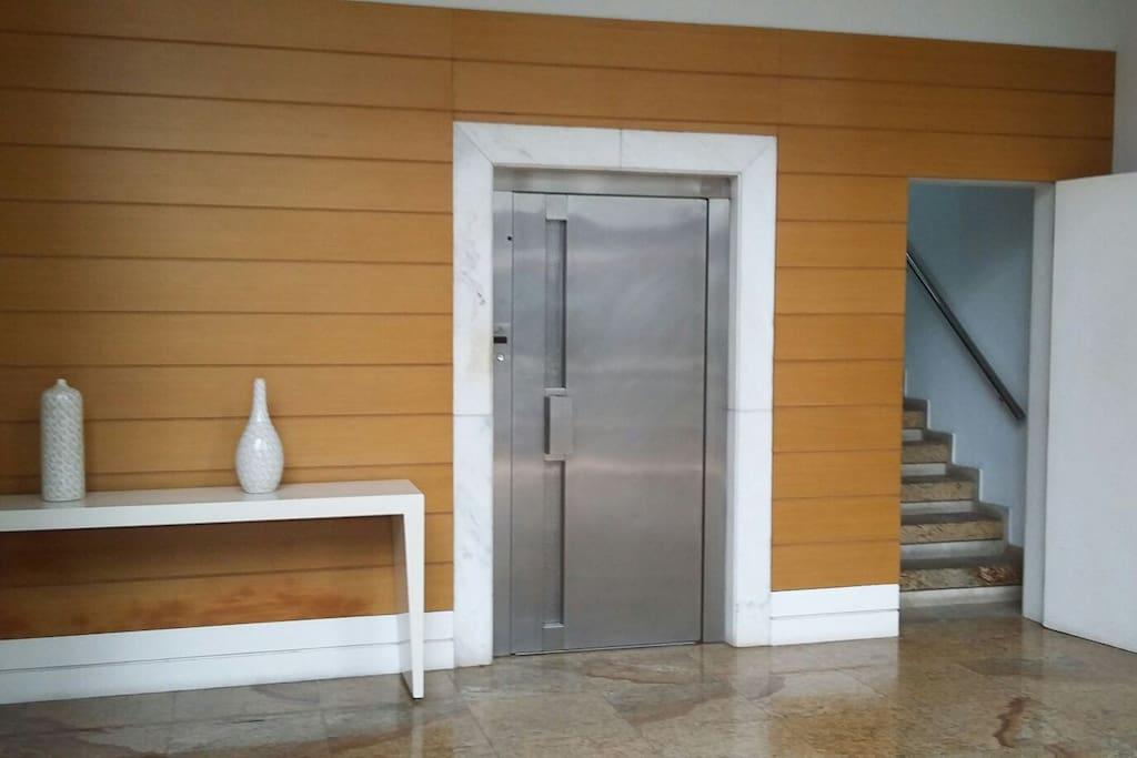 Hall de entrada com paredes revestidas de muito bom gosto!