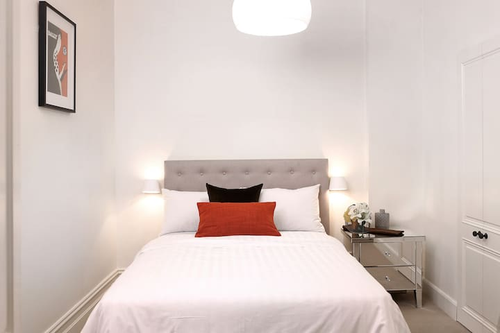 Compact Cute South Yarra Studio - Great Rates