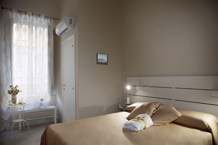 camera con un ampio letto matrimoniale comodo e con finestra