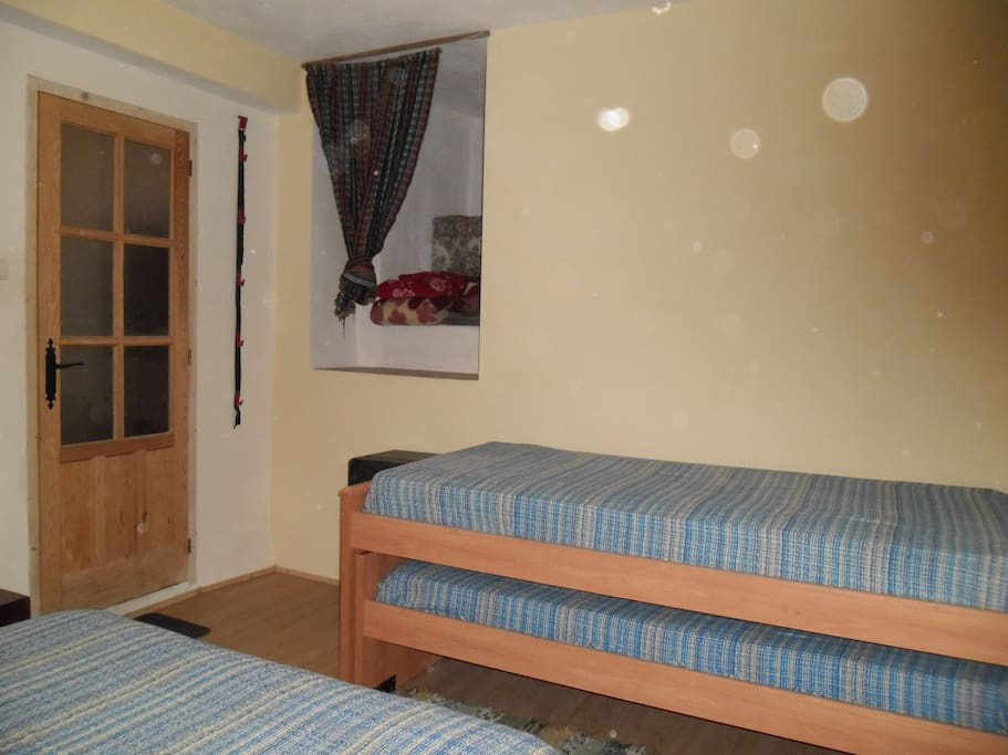2 SINGLE BEDS IN COSY ROOM