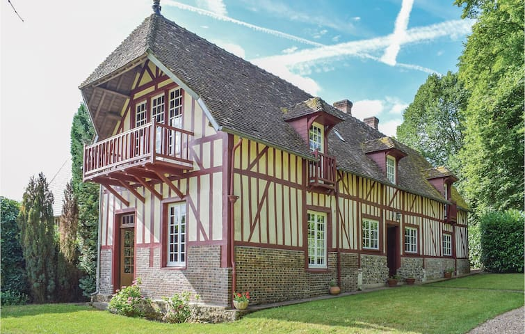 Holiday cottage with 5 bedrooms on 200 m² in Beaumontel