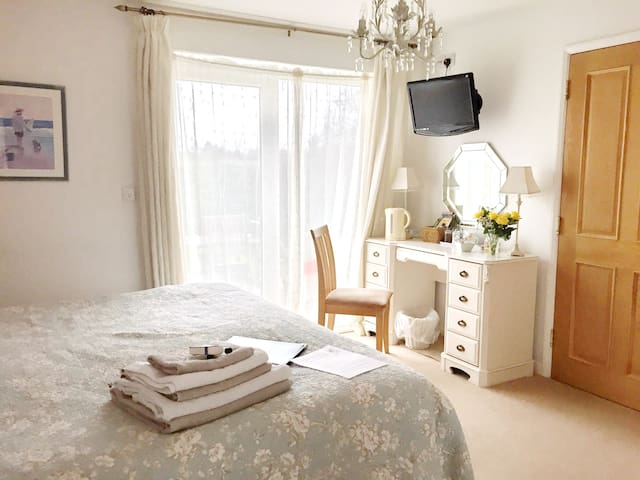 Bright  Super-King  Bedroom with Wet Room En-suite - West Ashton - Bed & Breakfast