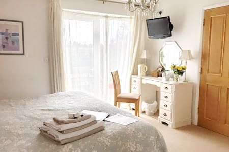 Bright  Super-King  Bedroom with Wet Room En-suite - West Ashton - 家庭式旅館