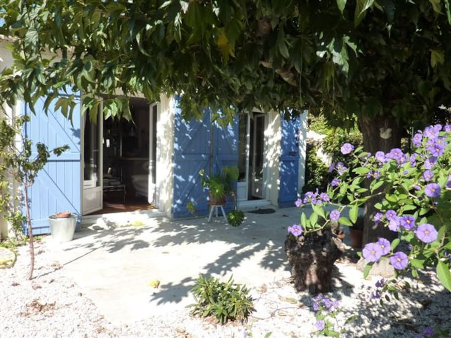 La gaité des couleurs d'une terrasse provençale