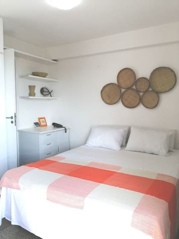 Cama queen size aconchegante 2m x 1,6m    +++   Cozy queen size bed 2m x 1.6m   +++   Gemütliches Queen Size Bett 2m x 1,6m