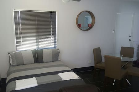 Affordable private studio apartment - Garbutt/Townsville - 단독주택