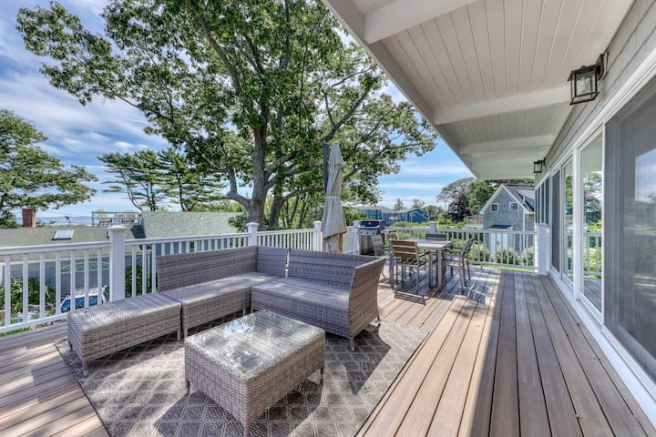 Newly-renovated getaway w/ an updated kitchen & deck w/ ocean & sunrise views
