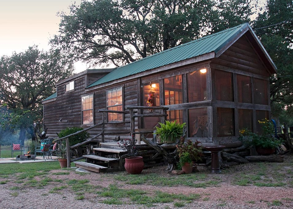 Quaint guest cabin in the woods cabins for rent in for Texas cabins in the woods