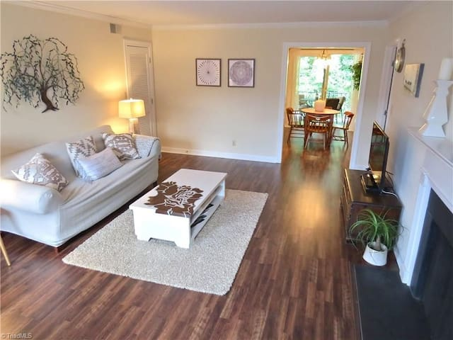 Beautiful, Private, Upper Level Near Downtown