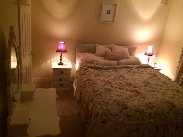 Cosy bedroom in welcoming home - Kilkenny