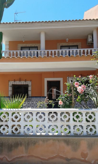 Amplio porche con flores y captus