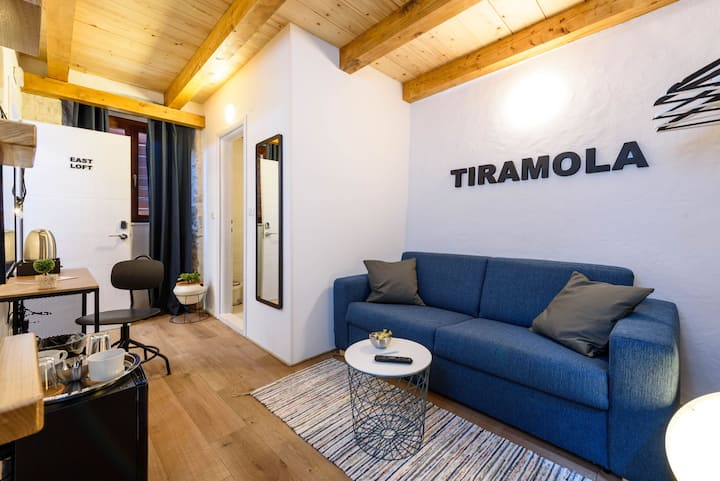 * Tiramola East Loft * Old Town * Free Parking *