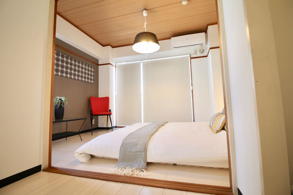 Mater bed room with 1 queen size bed