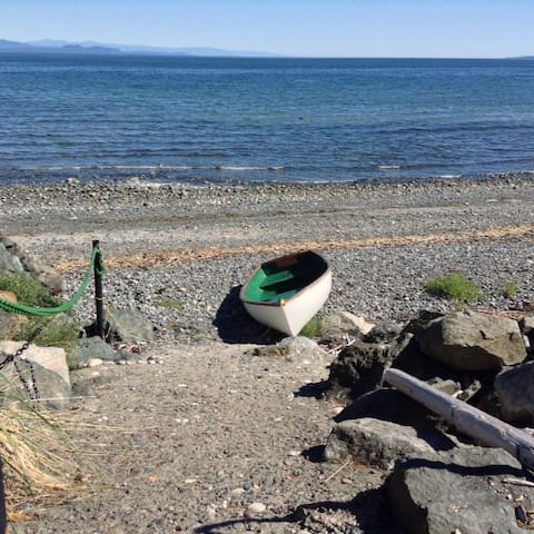 Welcoming Studio with Patio 110 steps from beach - Qualicum Beach