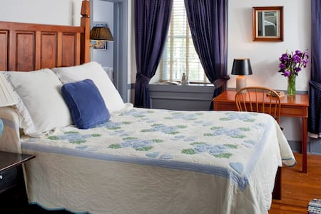 Blue Bird Room - Historic Smithton Inn