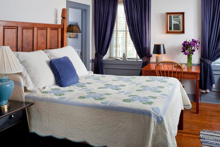 Blue Bird Room - Historic Smithton Inn