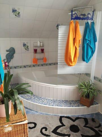 Dusche und Badewanne im OG