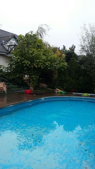 Ogrodowy basen ma wymiary 9m/4,6 m, jest głęboki na 1.2 m, z dużym drewnianym tarasem wokół. Woda jest zadbana, chlorowana i często testowana. Basen obsługiwany jest profesjonalnie.