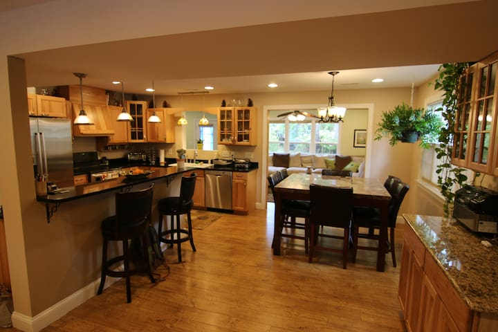 Charming Beautiful Home close to UNCW and Beaches