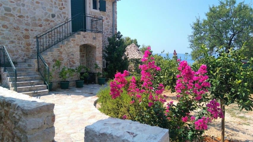 One bedroom Stone house, 80m from city center, seaside in Igrane