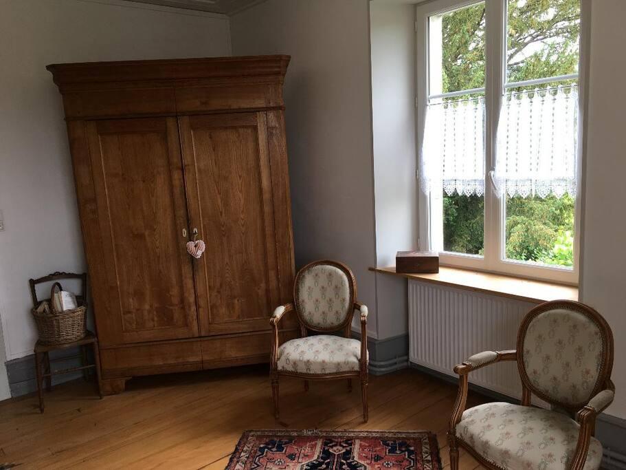 Armoire et fauteuils