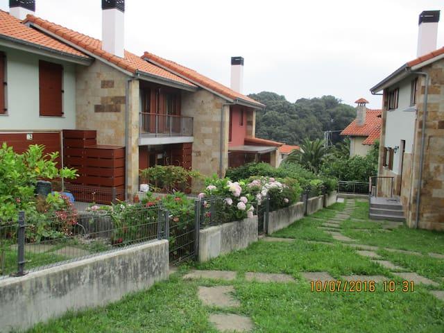 Acogedora Casa con Jardín - Pechón
