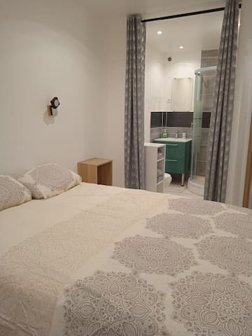 Chambre 2 avec salle de bain privée