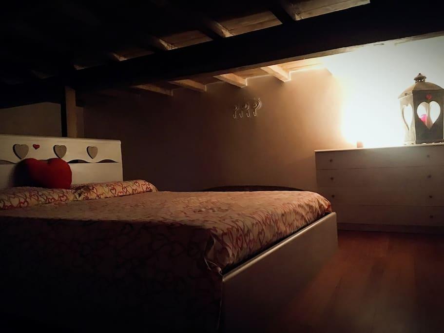 La camera mansardata ,con parquet e soffitto in legno di castagno e' calda ed accogliente