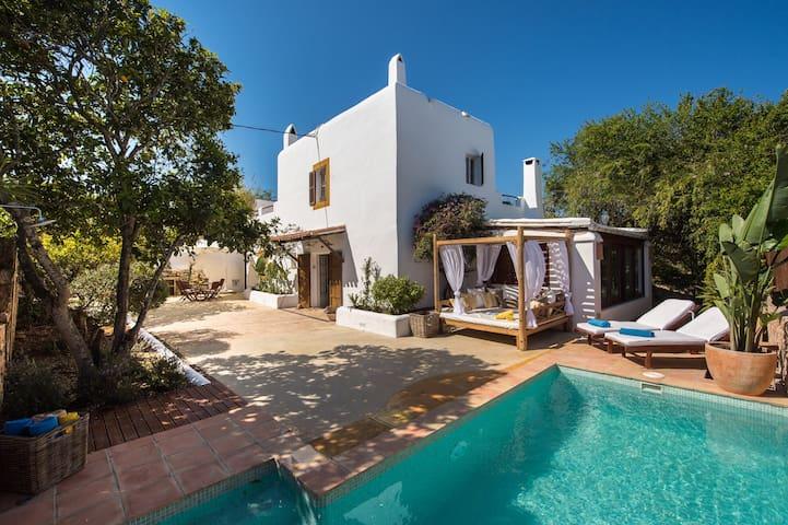 Casa Ibicenca renovada en SantRafel con piscina