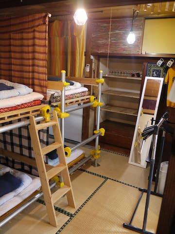 男女混合の相部屋です。手作りベッド。 他に女性専用ドミトリーもあります。