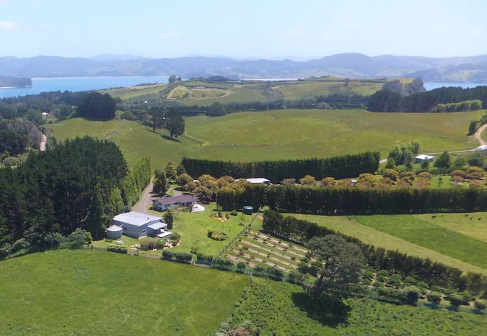 Stunning two bed unit with sea/rural views - Hahei - House