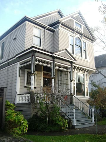 Charming Victorian Lodgings in Small-Town Alameda