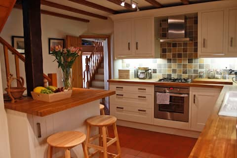 Cosy Traditional Cottage, for couples or families