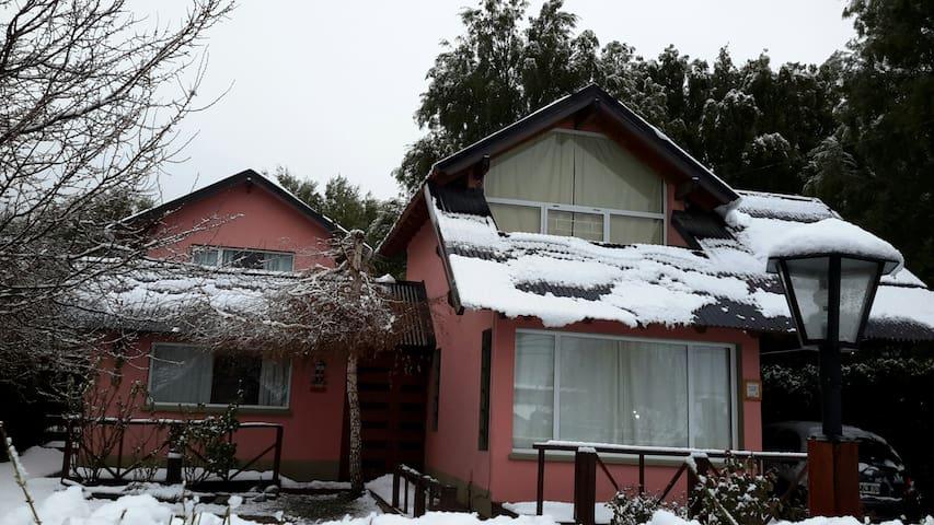 Frente nevado de la cabaña