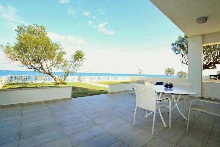 Amoutsa Seaside Villa, 10 steps from the sea.