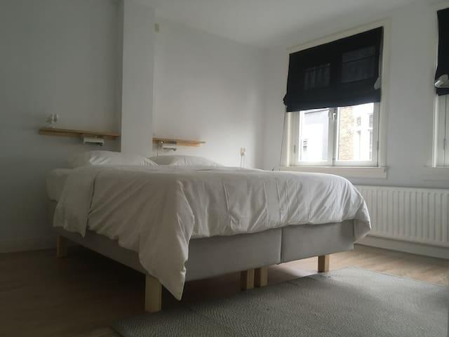 Ruime slaapkamer op de 1e verdieping aan de Voorstraat zijde van de woning met 2 persoons boxspring en vaste kastruimte
