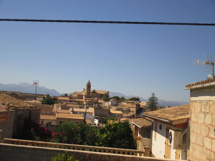 Blick von der Terrasse über das Dorf