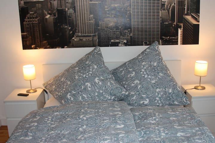 Schlafzimmer mit Bett 1,40 x 2,00m und TV