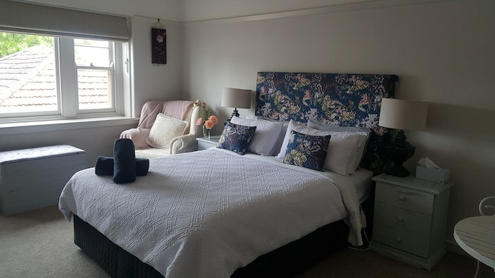 luxury 1930s accommodation in ballarat central.