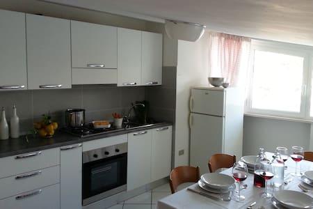 Appartamento mansardato con balcone - Gabicce Mare - 아파트