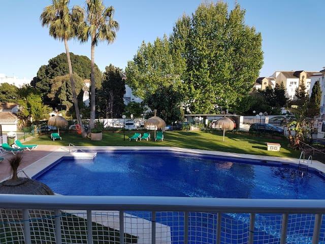 Bonitos jardines, 2 piscinas, y cerca de la playa