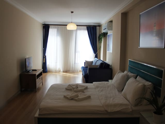 Large Double Room with Private Bath & Wi-Fi